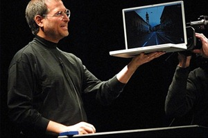 Steve_Jobs_G4_Powerbook_2000