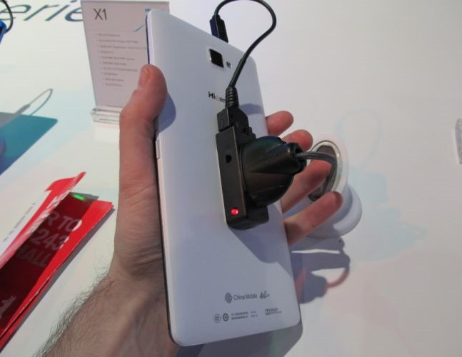 [CES 2014] Hisense Blurs The Line Between Phone And Tablet With The Massive 6.8-Inch X1