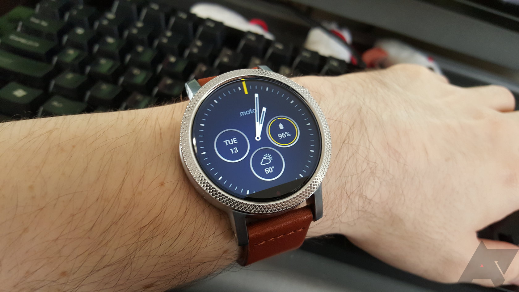 huawei watch vs moto 360. on the other side, motorola\u0027s watch faces are more thoughtful and feature-packed. you can change what complications show, pick different themes huawei vs moto 360 a