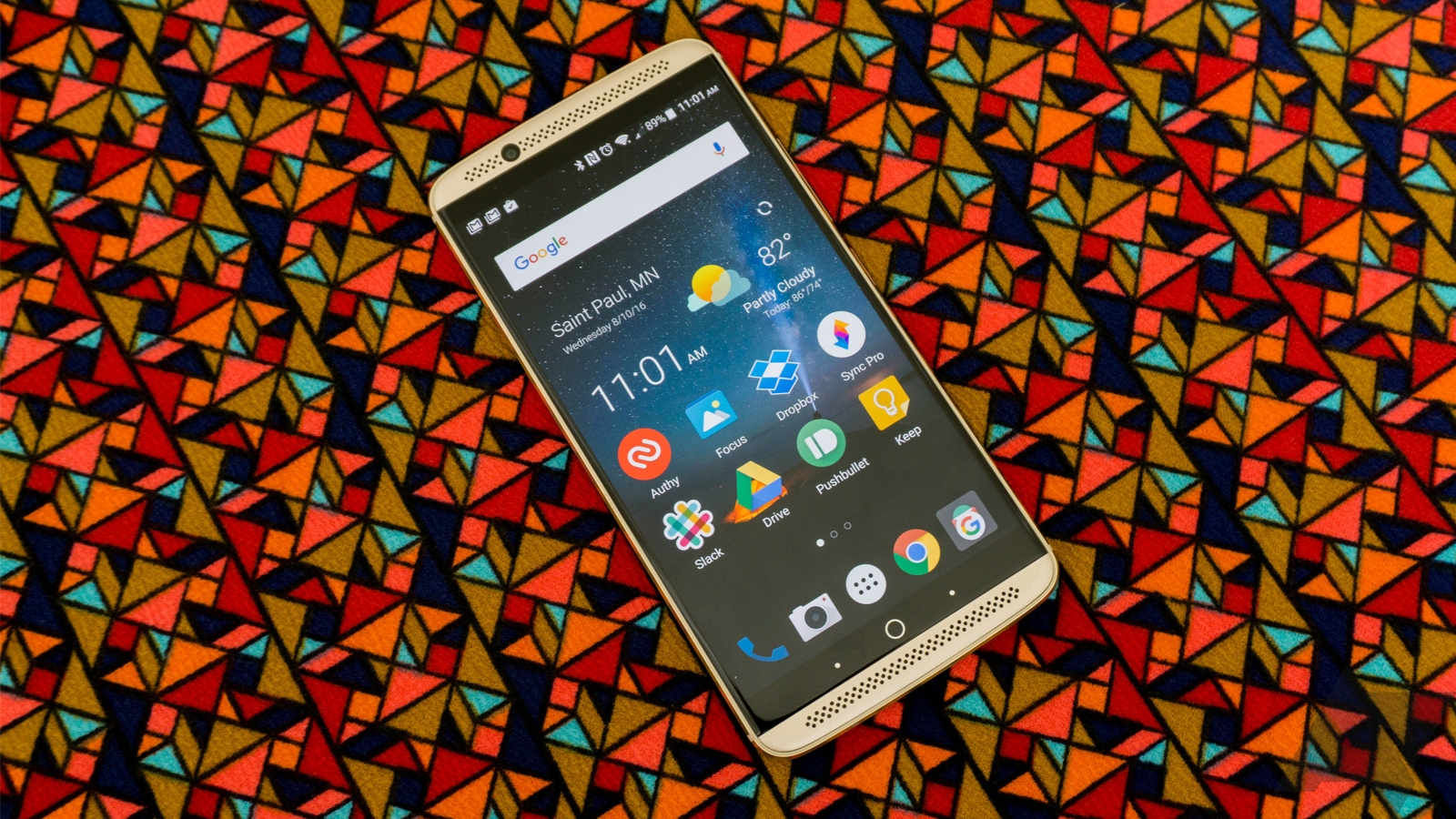 Zte Has Moved On From The Boring Lcds It Used Last Year And Equipped The  Axon 7 With A Qhd Amoled Display The Colors Are Bright And Vivid,