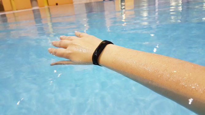 fitbit-flex2-pool-1