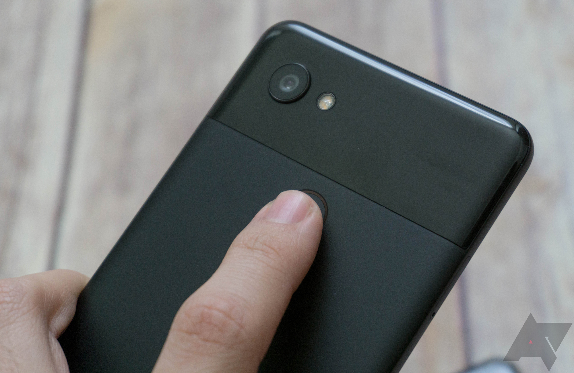 Touching the fingerprint sensor no longer keeps your display awake on Android 10